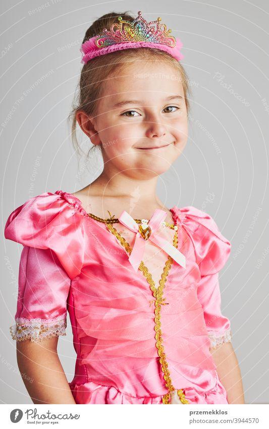 Kleines Mädchen genießt ihre Rolle der Prinzessin. Adorable niedlichen 5-6 Jahre altes Mädchen trägt rosa Prinzessin Kleid und Krone Fee Kind Stadtfest