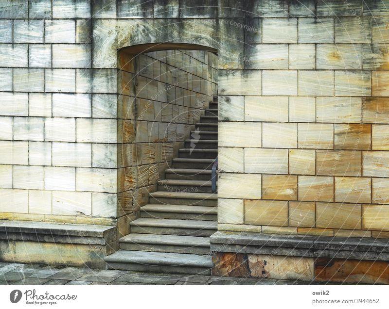 Eingängig Aufgang Eingang Tür Treppe Mauer Steine Totale Sims Wand Farbfoto Menschenleer Außenaufnahme Architektur alt Bauwerk Fassade Textfreiraum rechts