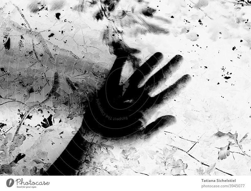 Schwarze Hand wischt mit Bewegungsunschärfe von links nach rechts verwischt gruselig Schwarzweißfoto schwarz invertiert Krimi bedrohlich Angst Hilfe Schatten