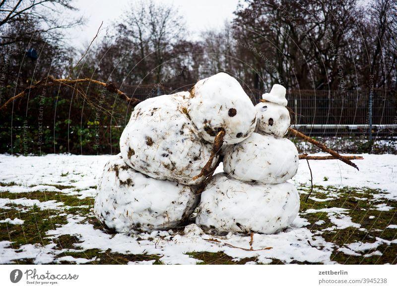 Schneemann und Schneefrau berlin neuschnee paar schneemann szene urban winter wohnen wohnung zwei Schneefall schneefrau Tauwetter schmelzen Frühling