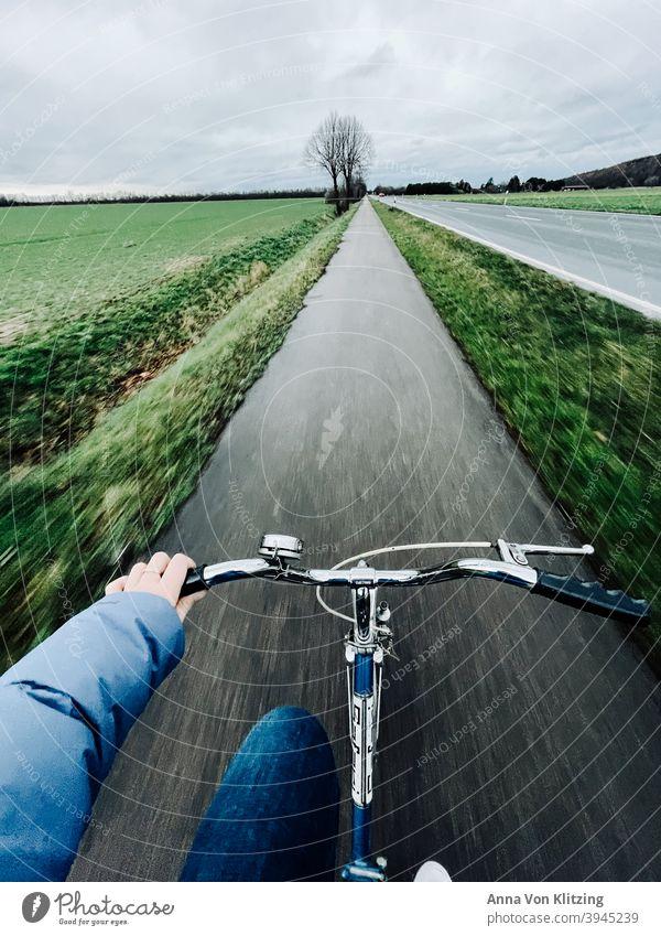 Radtour im Winter Fahrradweg daunenjacke Klapprad fahren Geschwindigkeit Feld feldweg Landstraße Fahrradfahren Straße Verkehrsmittel Verkehrswege Wege & Pfade