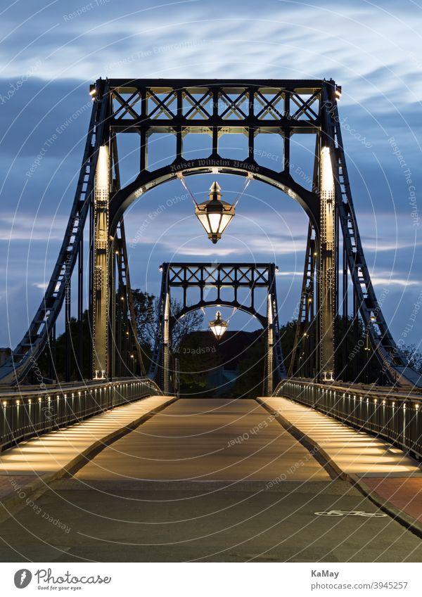 Kaiser-Wilhelm-Brücke das Wahrzeichen von  Wilhelmshaven, Deutschland, zur Blauen Stunde Kaiser Wilhelm Brücke Drehbrücke Stahl Tourismus Sehenswürdigkeit