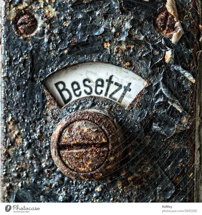 Nahaufnahme eines alten rostigen Toilettenschildes Zeichen historisch Rust belegt Makro Detailaufnahme Grunge schwarz Metall bügeln abstrakt Option Verdauung wc