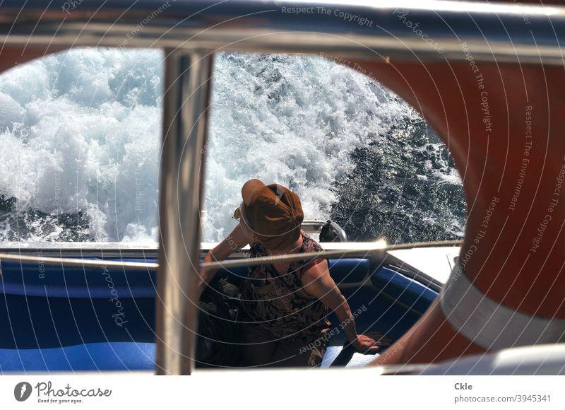 Bootsfahrt Schiff Kielwasser Frau Hut Rettungsring Meer Ausblick Fahrt Wasser Reling Schifffahrt Wasserfahrzeug Außenaufnahme Ferien & Urlaub & Reisen Ausflug