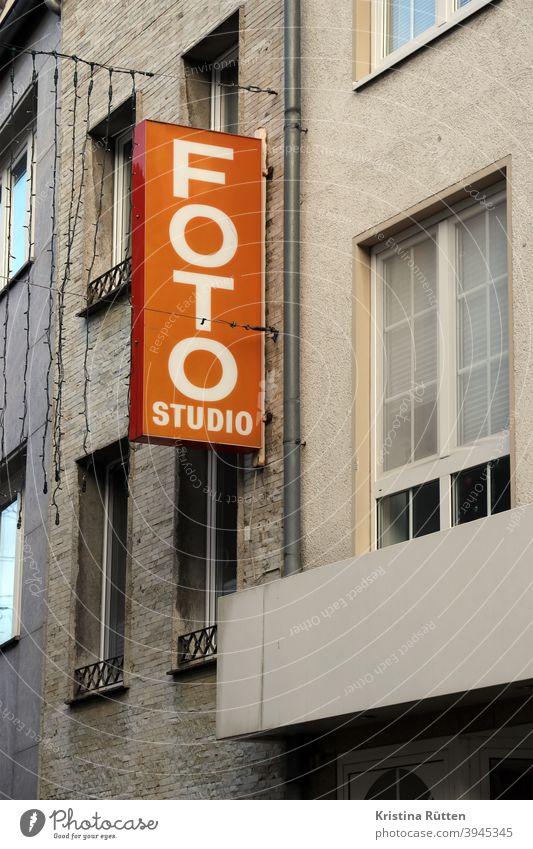 foto studio leuchtreklame schild neonschild leuchtschild werbeschild werbung typo typografie geschäft laden retro vintage orange haus wohnhaus geschäftshaus
