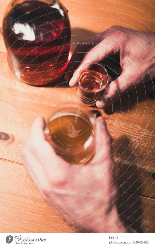 Erst besaufen - dann besoffen - dann abhängig | Mann hält Schnaps und Bier in den Händen | Gefahr der Alkoholsucht Alkoholisiert alkoholisch alkoholeinfluss
