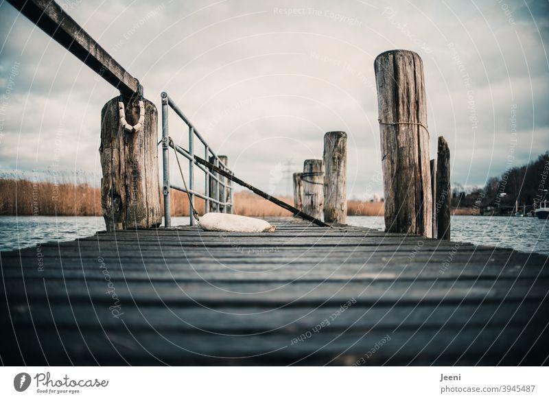 Auf dem Holzsteg an einem kleinen Fischereihafen *200* Fischerdorf Steganlage Fischerboot Fischerhütte Fischernetze Außenaufnahme Angeln Angler fangen Netz Tag