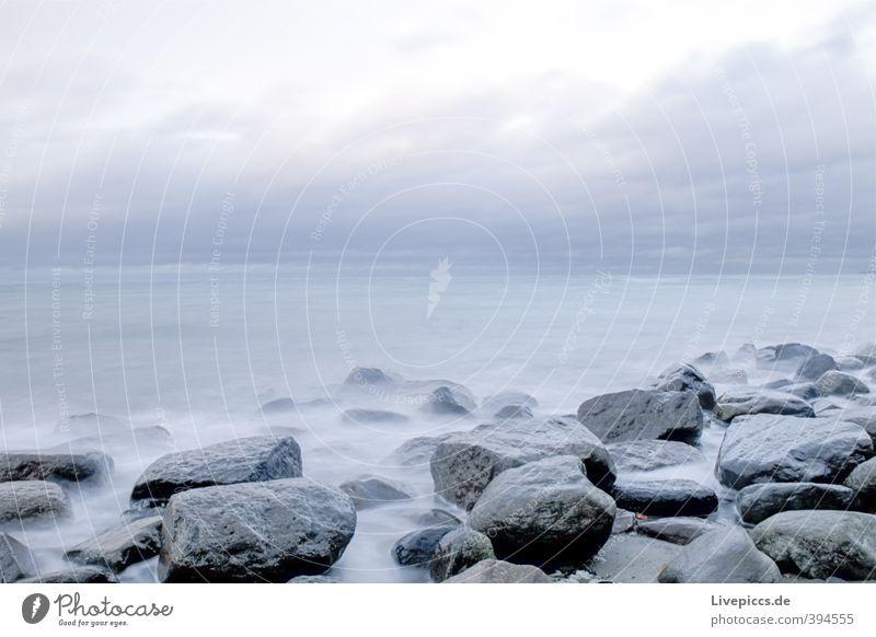 Ostseeküste Umwelt Natur Landschaft Wasser Himmel Wolken Herbst Wind Wellen Küste Strand Meer Stein frisch Unendlichkeit natürlich wild blau grau Gelassenheit