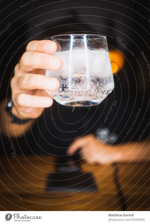 Prost Glas Cocktail Gin gin tonic Eiswürfel Hand Zuprosten