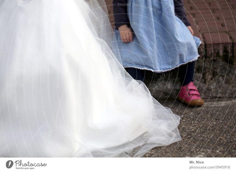 zwei Kleidchen Hochzeitskleid Brautkleid Feste & Feiern Glück weiß Tradition feminin Lifestyle Vorfreude festlich Bekleidung Anlass Stil trendy schick elegant