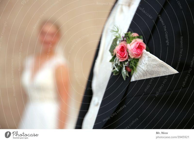 In den Vordergrund drängeln Stil elegant Lifestyle Hochzeit Paar Anzug Accessoire Braut Bräutigam Bekleidung Tuch schick Design Kleid Hochzeitspaar Stoff Mode