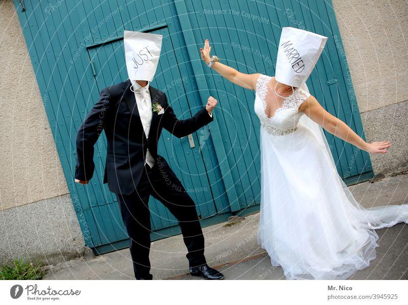 Just married Hochzeit Zusammensein Liebe Brautkleid Anzug 2 zusammengehörig Ehepaar Feste & Feiern Paar Hochzeitspaar Hochzeitfeier verheiratet Schriftzeichen