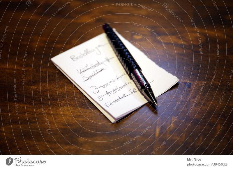 Bestellungen aufnehmen Zettel Kugelschreiber Papier Schreibstift schreiben aufschreibend notizblock Notizen Notizzettel Arbeitsplatz Gastronomie Kneipe Theke