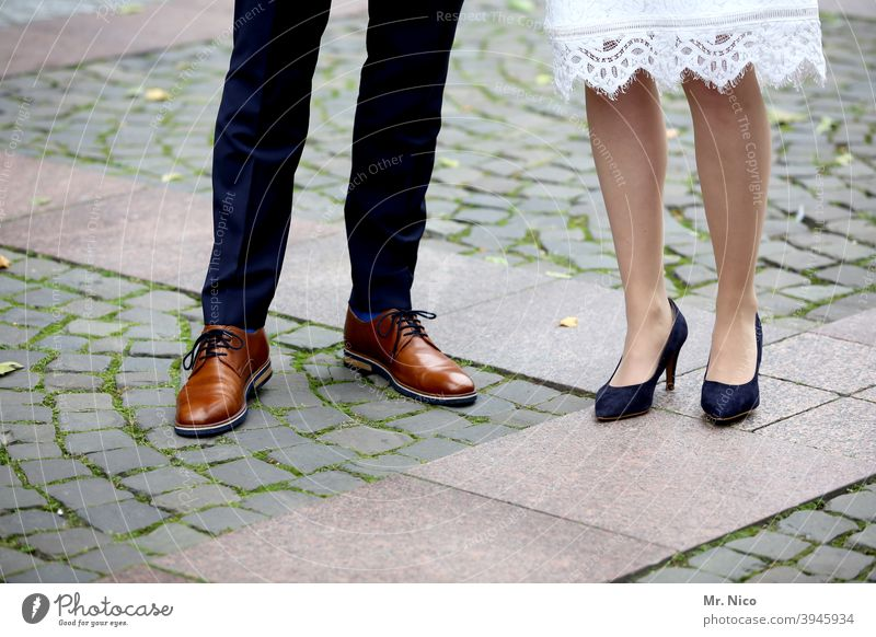 Brautpaar Lifestyle Stil Hochzeitskleid Schuhe Kleid schick elegant Feste & Feiern Anlass Bekleidung Brautkleid Tradition weiß Glück Hochzeitspaar Partnerschaft