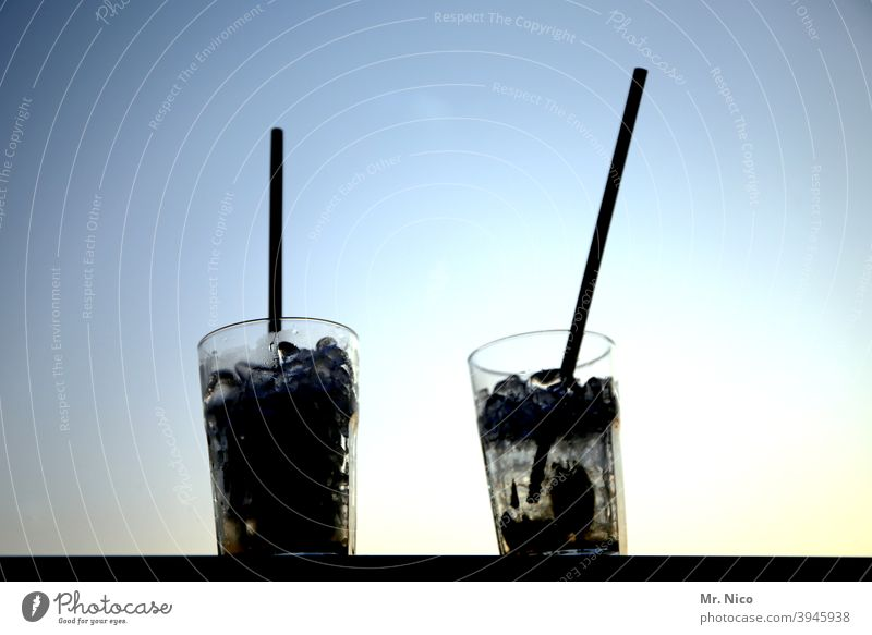 zwei Longdrinks mit Strohhalm Cocktail Getränk Glas Erfrischungsgetränk Alkohol Spirituosen kalt trinken Bar Feste & Feiern Nachtleben Cocktailbar ausgehen