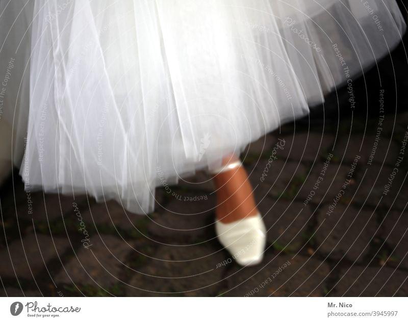 Eine Braut auf dem Weg zur Trauung Schuhe Kleid Ballettschuhe Hochzeit Hochzeitskleid Beine feminin Fuß elegant schick Stil Lifestyle Veranstaltung Damenschuhe