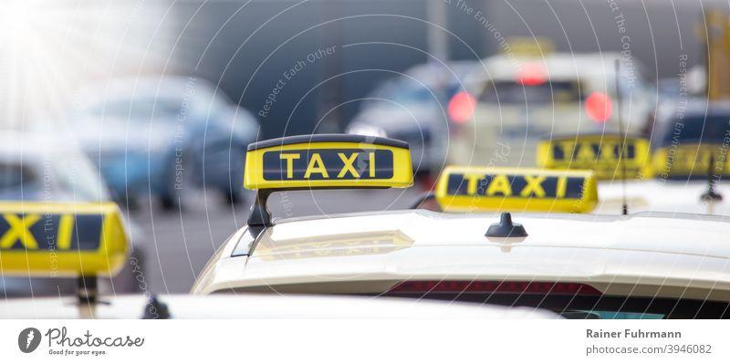Mehrere Taxis warten am Strassenrand auf Passagiere Stadt Verkehr Berlin Hauptstadt Menschenleer Textfreiraum Stadtleben Straße Berlin-Mitte Tourismus Großstadt