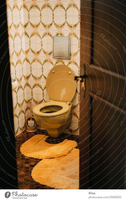 Retro Toilette im Badezimmer Klo retro Fließen nostalgisch Nostalgie alt Fliesen u. Kacheln Klobürste gelb orange retrostimmung altmodisch altbacken 70er