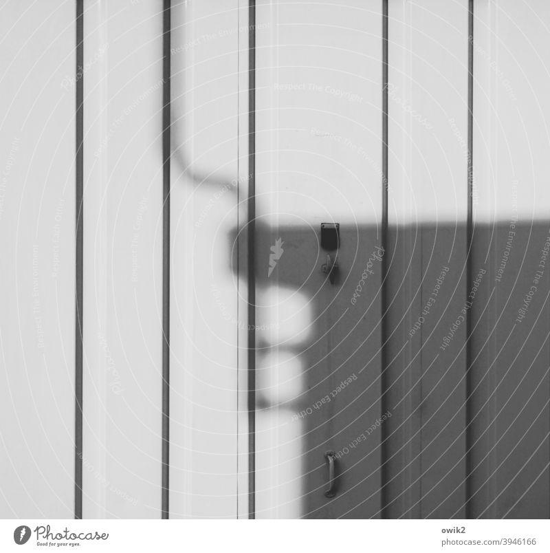 Eckdaten Garage Schatten Garagentor grau weiß Schwarzweißfoto Linien Blech Türgriff Menschenleer Außenaufnahme Tor Tag Wand Einfahrt geschlossen trist Blechtor