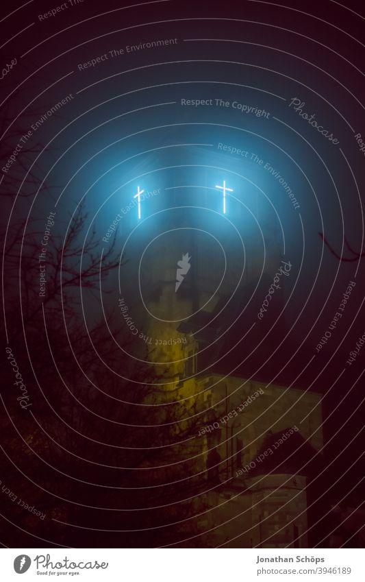 leuchtendes Kreuz am Kirchturm nachts im Nebel Botschaft Chemnitz Christentum Christus Glauben Gott Hoffnung Jesus Kirche Licht Neonröhre Ostern Rettung