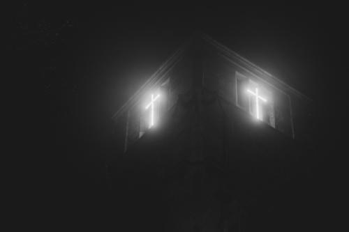 leuchtendes Christus Kreuz am Kirchturm bei dunkler Nacht Botschaft Chemnitz Christentum Glauben Gott Hoffnung Jesus Kirche Licht Nebel Neonröhre Ostern Rettung