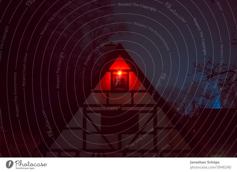 Fachwerkhaus mit rotem Adventsstern Chemnitz Haus Herrnhuter Stern Weihnachten Weihnachtsbeleuchtung roter Stern Weihnachten & Advent Stern (Symbol)