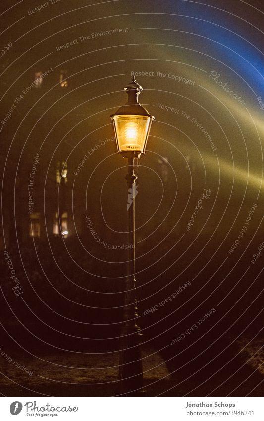Laterne bei Nacht im Nebel Licht laterne leuchten nachts dunkel Außenaufnahme Straßenbeleuchtung Lampe Abend Menschenleer Beleuchtung Dämmerung Straßenlaterne