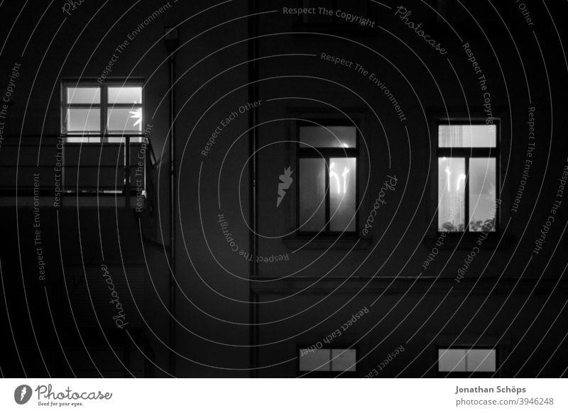 Fenster mit Reflektion vom Kreuz Fassade Haus Licht Nebel Spiegelung Weihnachtsbeleuchtung leuchten wohnen fenster fassade Reflexion & Spiegelung haus Stadt