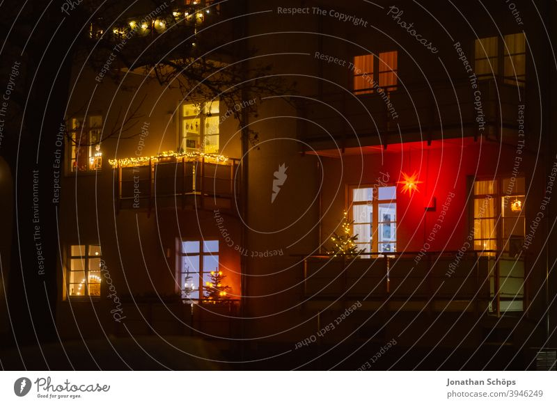 Stern und Weihnachtsbaum auf Balkon bei Nacht Advent Balkone Fassade Fenster Haus Herrnhuter Stern Licht Nebel Reflektion Spiegelung Weihnachten
