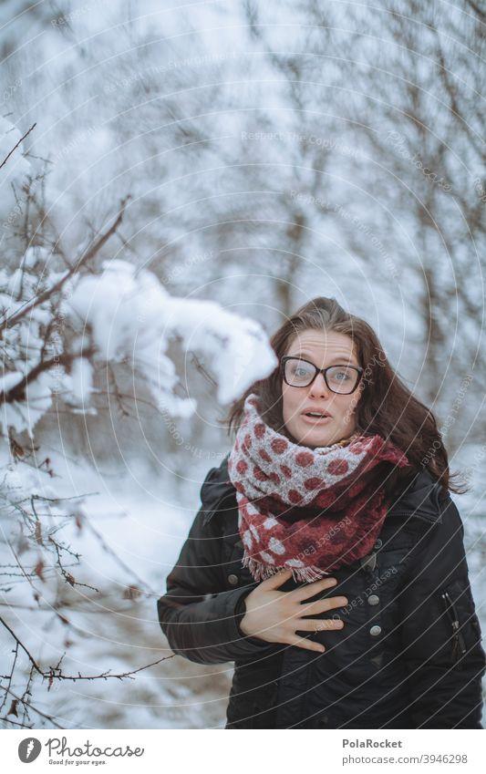 #A+# Frau im Winter laufen Winterurlaub Winterstimmung Wintertag Winterwald winterlich Winterspaziergang Spaziergang draußen Kälte Dezember Januar kalt Schnee