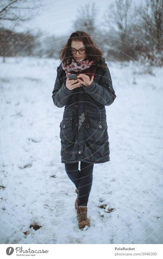 #A+# Frau im Winter nur am Handy. Hauptsache WIFI. laufen Winterurlaub Winterstimmung Wintertag Winterwald winterlich Winterspaziergang Spaziergang draußen