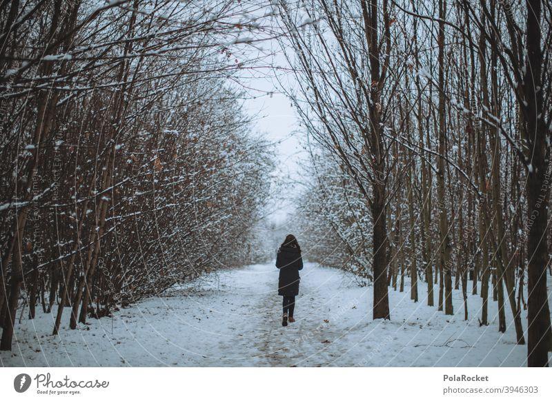 #A+# Frau im Wald am Weggehen. Hee, warte! laufen Winter Winterurlaub Winterstimmung Wintertag Winterwald winterlich Winterspaziergang Spaziergang draußen Kälte