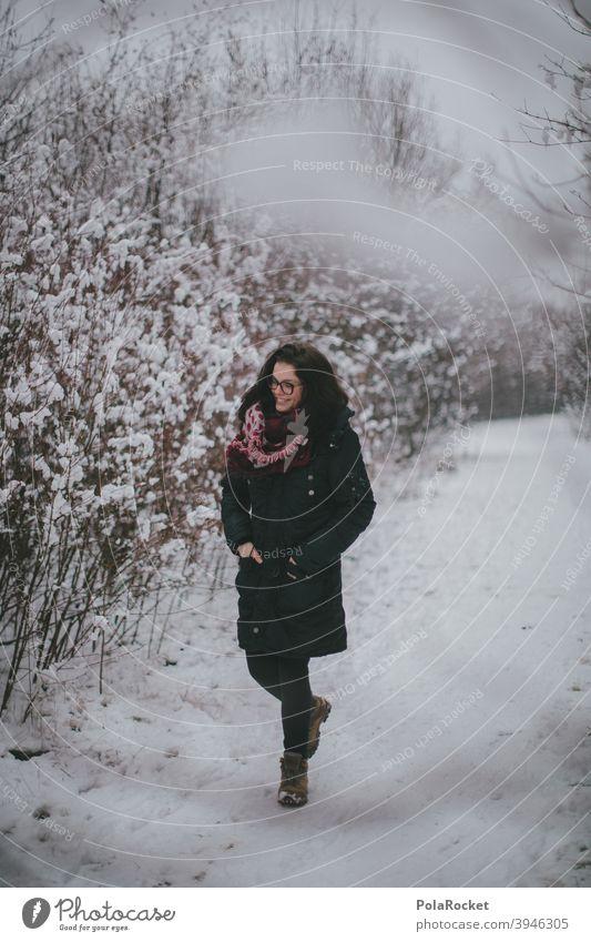 #A+# Im Winter Muss Man Raus laufen Frau Winterurlaub Winterstimmung Wintertag Winterwald winterlich Winterspaziergang Spaziergang draußen Kälte Dezember Januar
