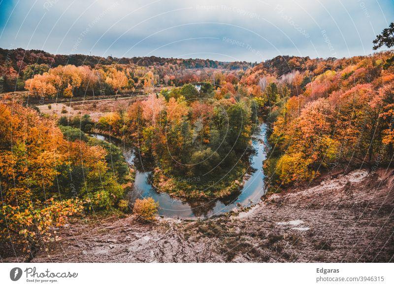 Panoramablick auf Herbstfarben und einen Fluss fallen Herbstfärbung Herbstlaub Außenaufnahme Herbstwetter herbstlich Herbstbeginn Herbstlandschaft Blatt