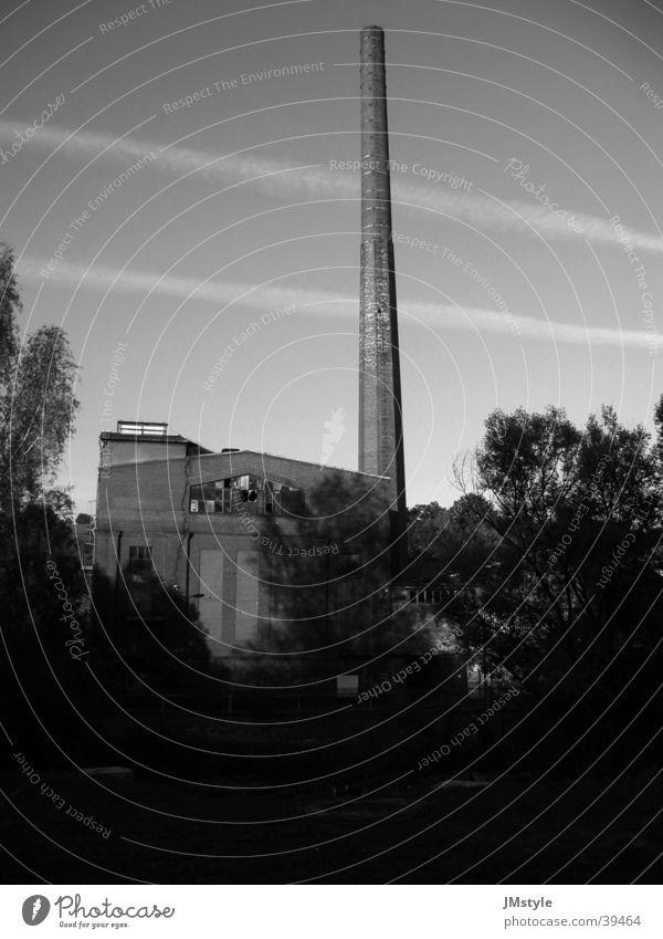 alte Fabrik Gebäude Industriegelände verfallen Schornstein Fabrig Schwarzweißfoto