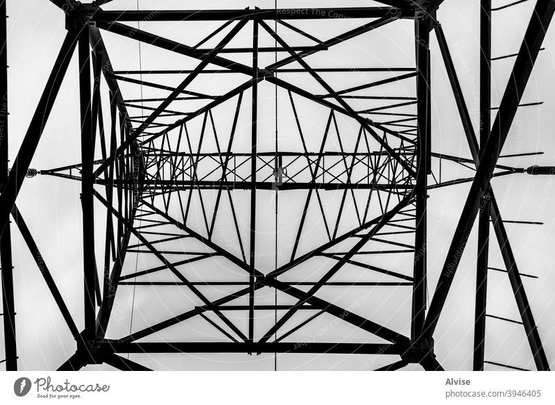 hängende Geometrien Pylon hoch Spannung Metall Turm Energie Übertragung Elektrizität Industrie Himmel elektrisch Maschinenbau Technik & Technologie Linie Kraft