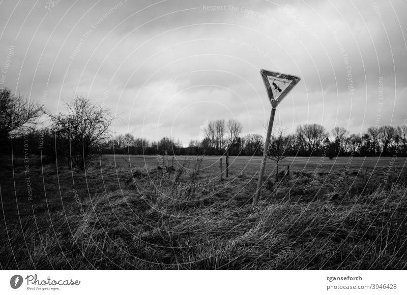 verbeultes Landschaftsschutzgebiet Schild Hinweisschild Natur Menschenleer Schilder & Markierungen Außenaufnahme alt schief Emsland Warnschild Zeichen Weideland