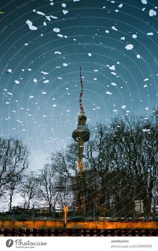 Berliner Fernsehturm als Spiegelbild in der Spree alex alexanderplatz berlin city deutschland fernsehturm funk-und-ukw-turm hauptstadt innenstadt menschenleer