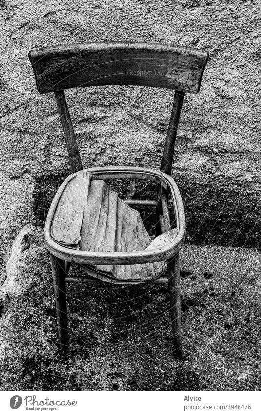 Holzstuhl alt Verlassen hölzern Stuhl gebrochen Hintergrund Gebäude Innenbereich Möbel Architektur nach unten niemand leer Raum Objekt altehrwürdig Riss Bein