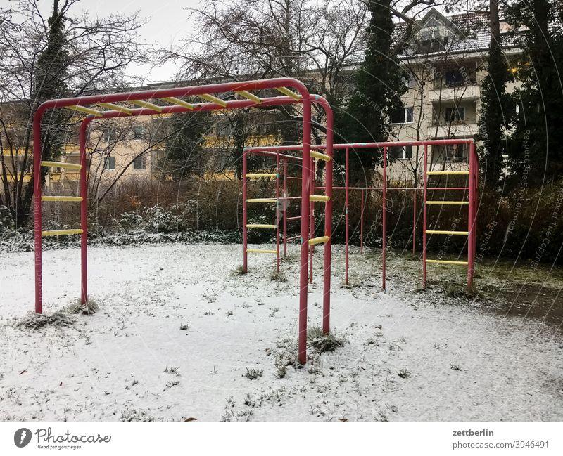 Spielplatz im Lockdown kalt neuschnee schneedecke stadt urban vorstadt winter winterlich spielplatz leer menschenleer klettern klettergerüst leiter sprosse