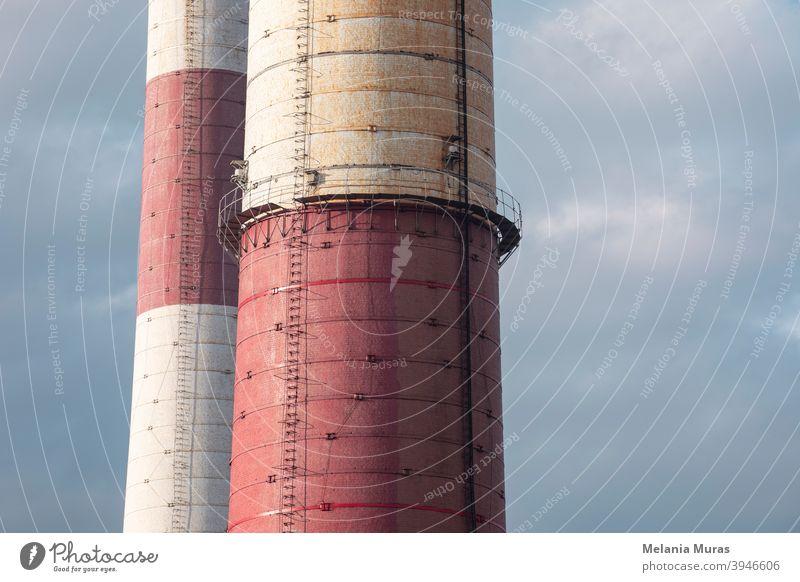 Nahaufnahme von alten Backstein-Industrieschornsteinen bei einer Kohlemine. Architektur, abstrakter industrieller Hintergrund. Globale Erwärmung, CO2-Emission, Kohle Energie Fragen.