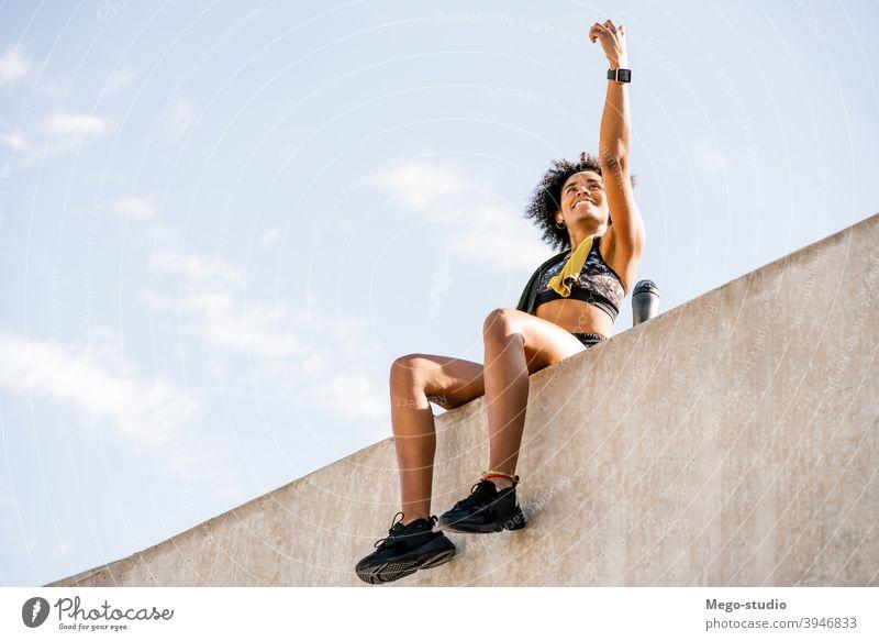 Sportler Frau nimmt ein Selfie mit Telefon im Freien. Athlet Fitness Mobile Fitnessstudio ruhen sich[Akk] entspannen aktiv Porträt Apparatur Aktivität urban