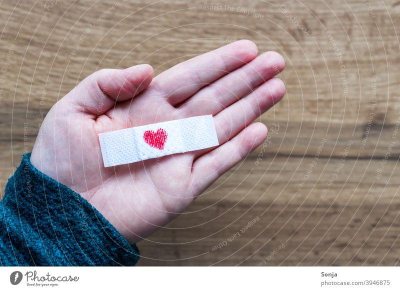 Pflaster mit Herz auf einer Handfläche herzförmig Impfung Schutz Gesundheitswesen Medizin Virus Coronavirus covid-19 Krankheit Frau Prävention Pandemie