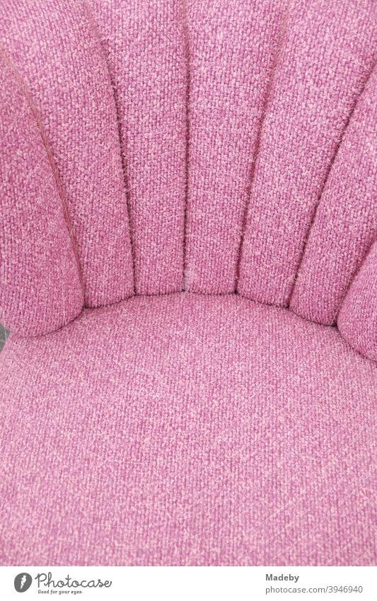 Sessel für das Wohnzimmer im Stil der Fünfzigerjahre mit Stoffbezug in Rosa oder Pink auf dem Flohmarkt bei den Golden Oldies in Wettenberg Krofdorf-Gleiberg bei Gießen in Hessen