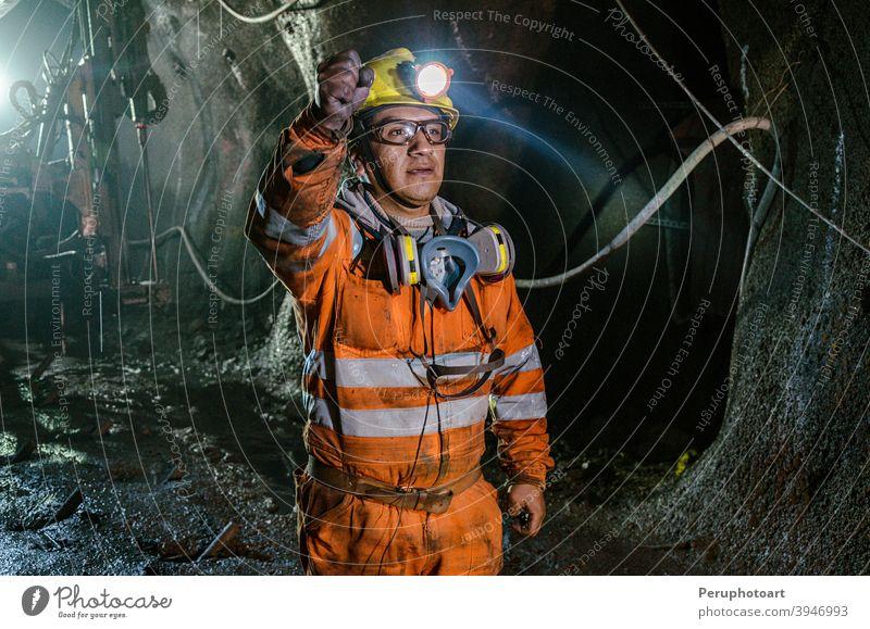 Bergleute und große Maschinen im Inneren der Mine Bergarbeiter Arbeiter Kohle Mann Sicherheit unterirdisch professionell Schutzhelm Business Maschinenbau hart