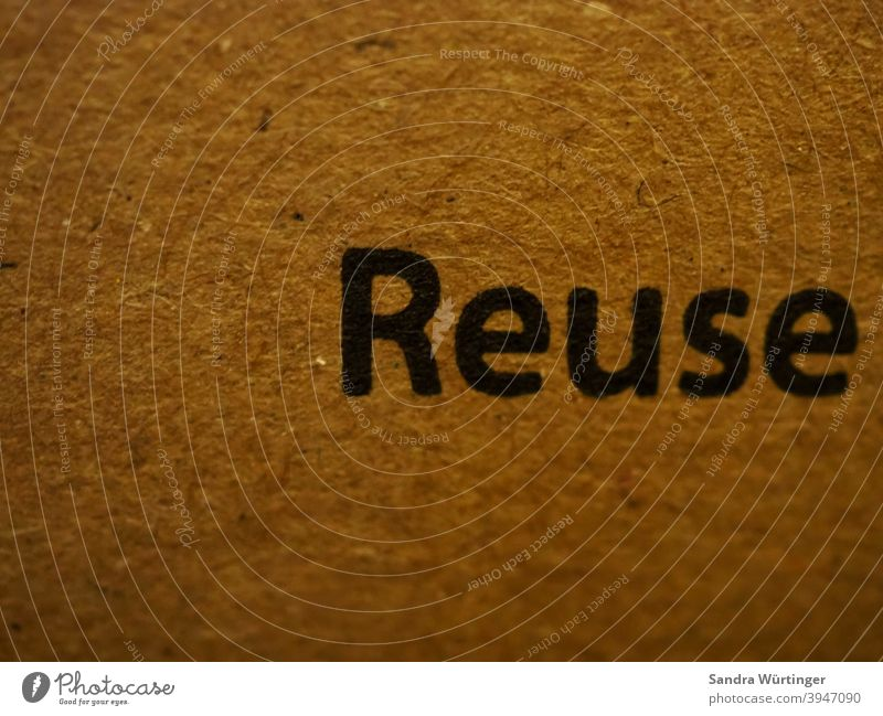 """Karton mit der Aufschrift """"Reuse"""" / Aufruf zur Wiederverwendung Nachhaltigkeit Recycling Umweltschutz Verpackung wiederverwerten wiederverwenden"""
