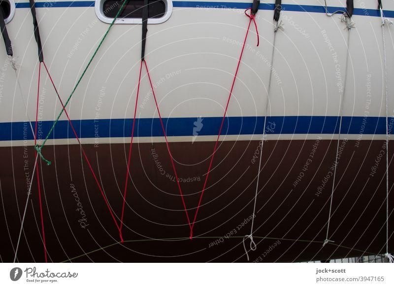 Seile und Knoten zur Befestigung an einer Bootswand Tau Schiff Strukturen & Formen Streifen kreuz und quer Hintergrundbild Verbindung trocken Detailaufnahme