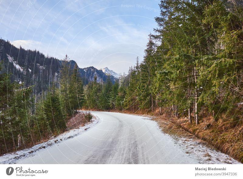 Straße nach Morskie Oko im Tatra-Nationalpark, Polen. Winter Landschaft schön Wald Schnee Berge kalt Wildnis Sonne Himmel im Freien Natur Saison leer