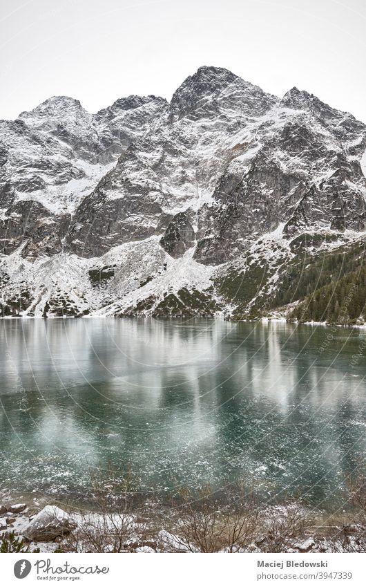 Gefrorener See an einem verschneiten Tag im Tatra-Nationalpark, Polen. Winter Landschaft Schnee Berge Morskie Oko Auge des Meeres Eis schön kalt Wildnis Himmel