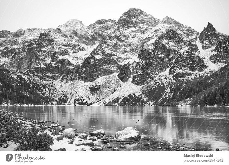 Schwarz-Weiß-Bild von gefrorenen Bergsee. See Winter Berge Landschaft schön Schnee Morskie Oko schwarz auf weiß Auge des Meeres Tatra Eis Tatra-Nationalpark